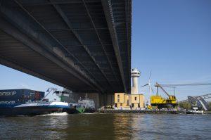 De Havenlofts zijn gebouwd door Bik Bouw op het terrein van de oude scheepswerf Verolme aan de Oostdijk langs de Nieuwe Maas. Daar zijn ze casco opgeleverd. Vervolgens zijn de woningen over het water versleept naar de Nassauhaven.