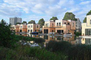 Om de eenheid van de woningen te bewaren is gekozen voor gevelblokken met horizontale en verticale profilering. Deze worden doorkruist door aluminium profielen die de woningen opdelen in compartimenten