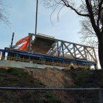 Nieuwe vleugel Museum Arnhem via schuifbaan over stuwwal geschoven
