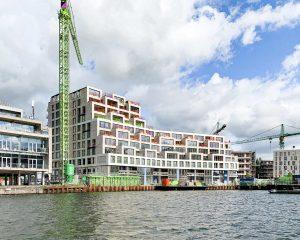 De nieuwbouw aan de Binnenbocht op het Cruquiuseiland in amsterdam is najaar 2020 nog in aanbouw. (Foto's: Walter Frisart en leVS architecten)