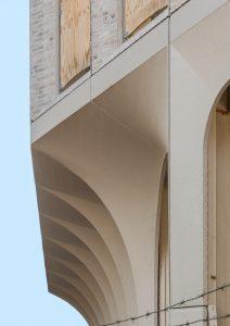 De onderbouw van Merckt is uitgevoerd  in beton met wit glitterzand en licht gestraald