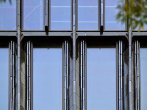 Tegel met profilering, geglazuurd met een reactieve glazuur voor Bibliotheek Neude, Utrecht. (Rijnboutt, 2020)