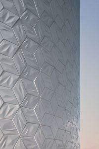 Op maat gemaakte 3D-tegels met een iriserend glazuur voor de Bediencentrale van de sluizen bij Amerongen. Foto: Ossip van Duivenbode