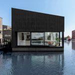 Drijvend huis met schuine openingen en uitgesneden hoeken