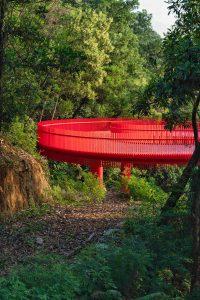 Het verhoogde rode pad loopt door het hele park