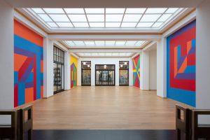 Centrale hal kunstmuseum met werk van Sol LeWitt