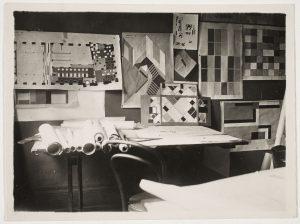 De maquette in het atelier van Van Doesburg aan de Place Kleber in Straatsburg, 1927. Archive of Theo and Nelly van Doesburg, RKD – Nederlandse Instituut voor Kunstgeschiedenis