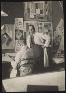 Theo van Doesburg met medewerker in het Atelier van Van Doesburg, 1927. Foto Collectie RKD. Archief Theo en Nelly van Doesburg