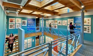 De nieuwe transparante rondgang en daklichten zorgen voor een ruimtelijk en licht museum. Bron: Museum of Comic Art