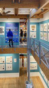Subtiele doorgangen verbinden het museum met de leesruimte boven en het voorportaal beneden. Bron: Museum of Comic Art