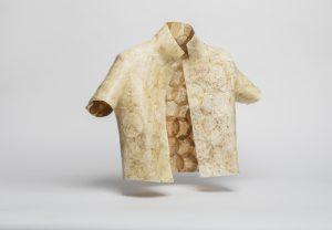 Aniela Hoitink, MycoTEX seamless jacket, 2018, 100% mycelium, ontwerp in samenwerking met Karin Vlug, foto: © Jeroen Dietz, bruikleen van de kunstenaar